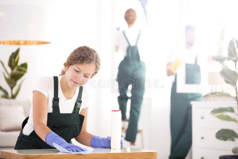 Kobiety okurzania stół zdjęcie royalty free