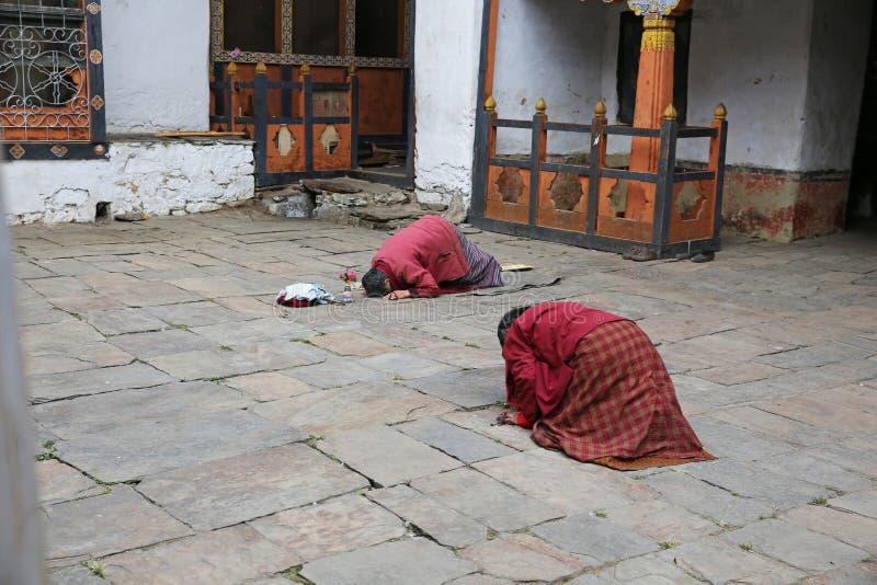 Kobiety ono Kłania się w modlitwie W Buddyjskiej świątyni, Bhutan obraz royalty free