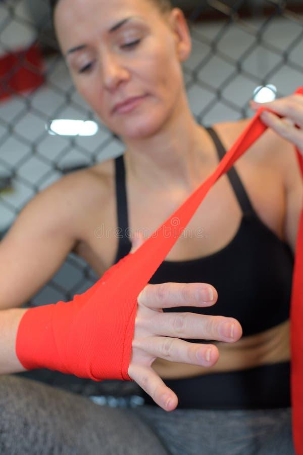 Kobiety opakowania ręki z czerwonymi boks ręki opakunkami zdjęcia royalty free