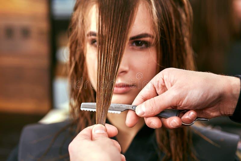 Kobiety ostrzyżenie fryzjer, piękno salon obraz royalty free
