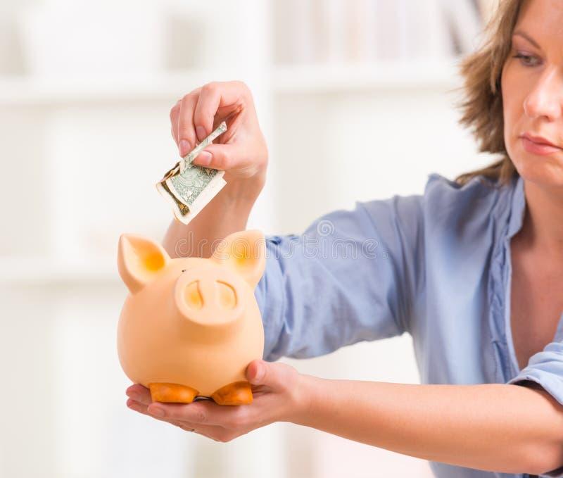 Kobiety oszczędzania pieniądze zdjęcia stock
