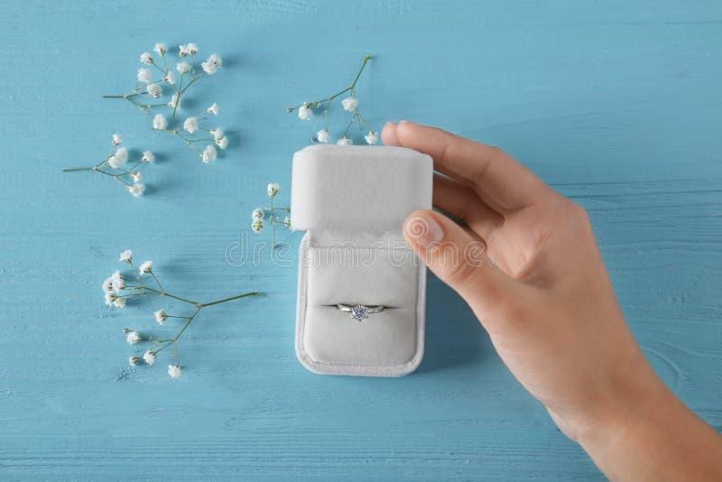 Kobiety otwarcia pudełko z luksusowym pierścionkiem zaręczynowym fotografia royalty free