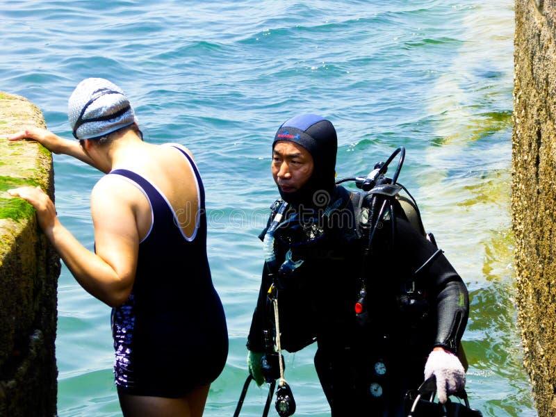 Kobiety pływaczka i Snorkeling mężczyzna obraz stock