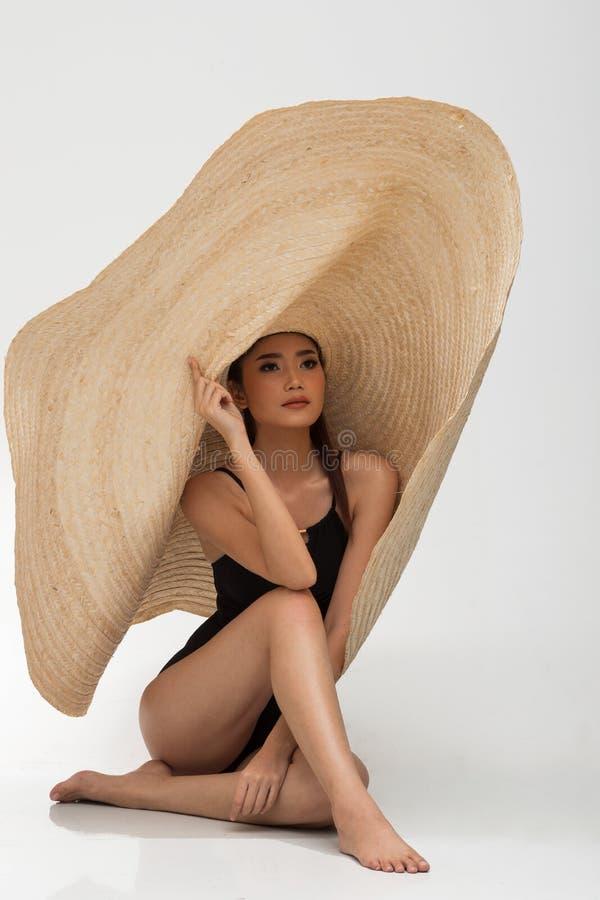 Kobiety p?ywania odzie?y du?a kapeluszowa moda obraz royalty free