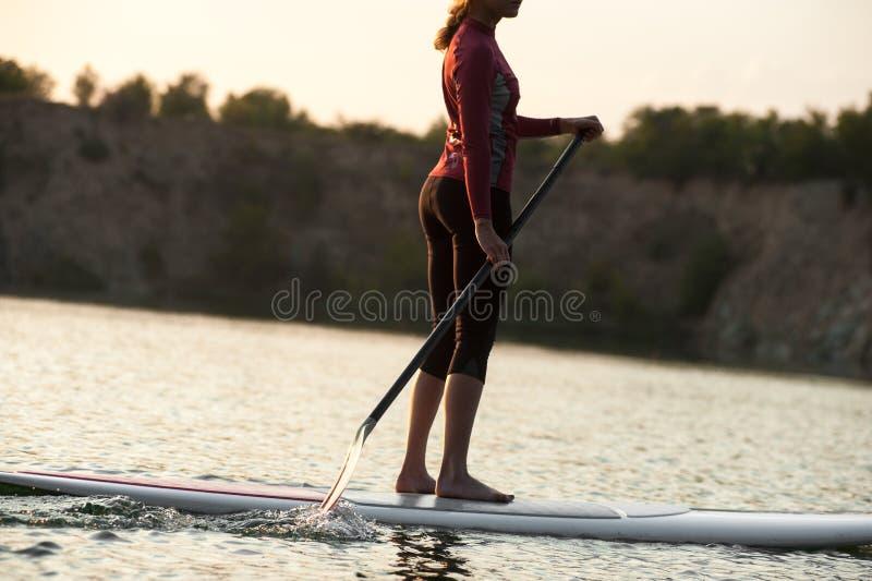 Kobiety paddle ćwiczy zmierzch zdjęcie stock