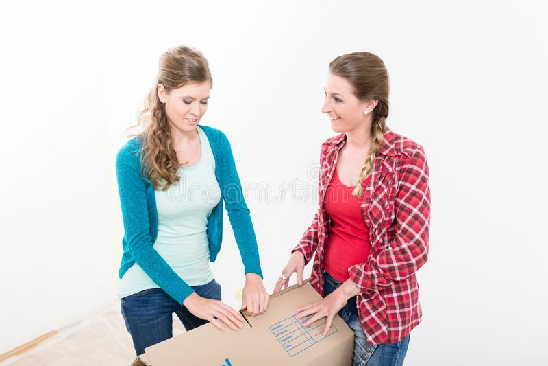 Kobiety pakuje karton obraz stock