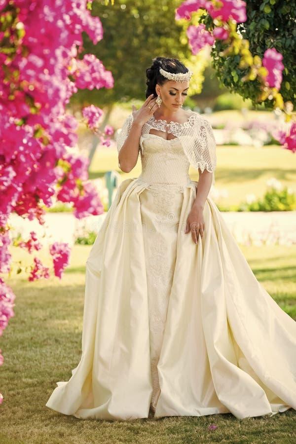 Kobiety panna młoda w pięknej ślubnej sukni obraz stock