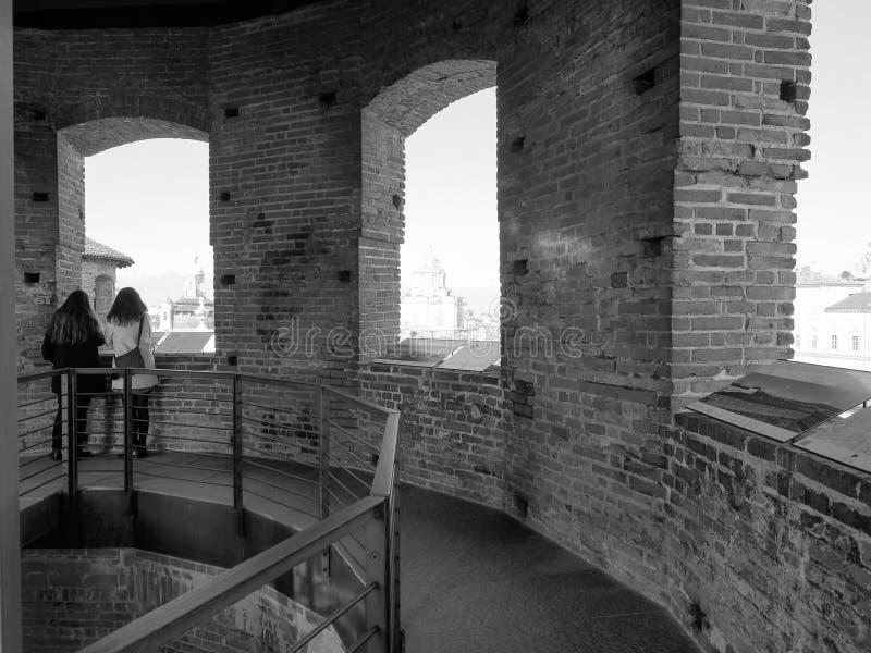 Kobiety patrzeje miasto od punkt widzenia w Turyn w czerni i w zdjęcie stock