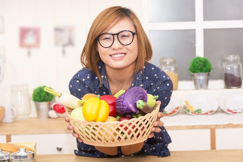 Kobiety peparing jedzenie zdjęcia royalty free