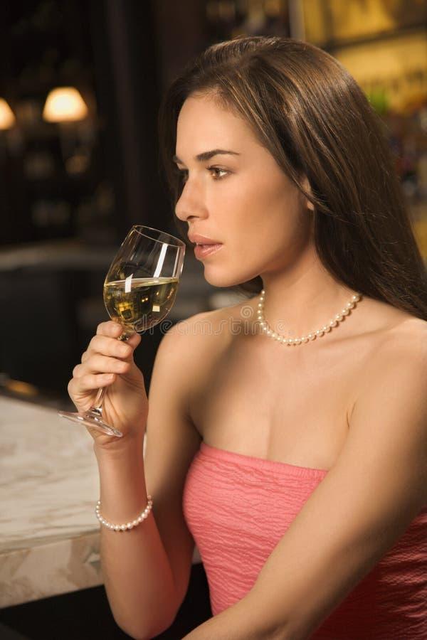 kobiety pić wina. obrazy royalty free
