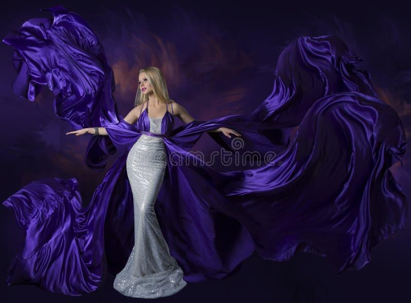 Kobiety piękna sukni Latający Purpurowy Jedwabniczy płótno, dama Kreatywnie Fashi obraz stock