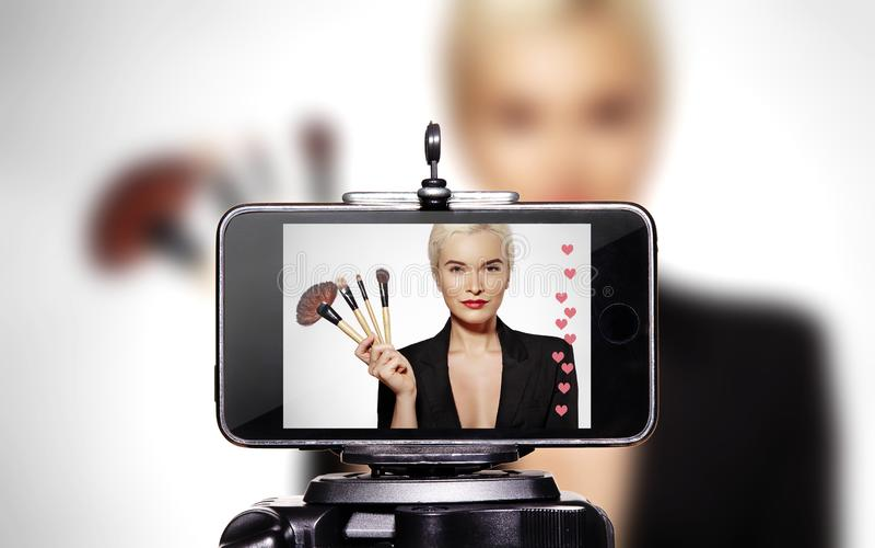 Kobiety piękno Vlogger Teledysk Smartphone udzieleniem na Ogólnospołecznych środkach Mody Blogger Makeup Żywy Kosmetyczny Tutoria fotografia stock