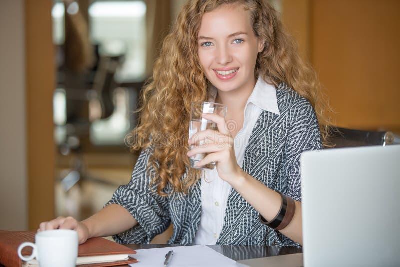 kobiety piękny biurowy działanie obrazy stock