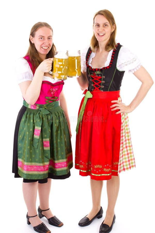 Kobiety pije dwoistego piwo przy bavarian ucztą w dirndl obraz royalty free