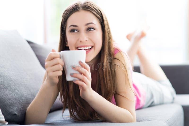 Kobiety pije kawa na kanapie obraz stock