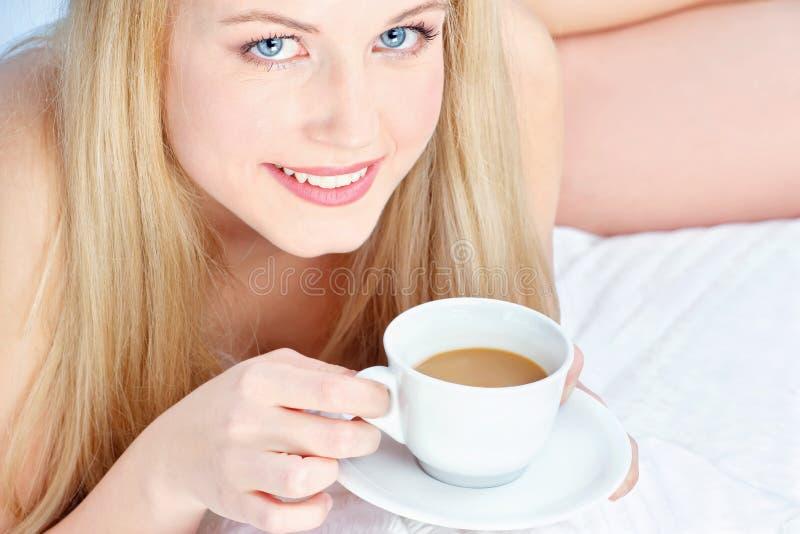 Kobiety pije kawa w łóżku obraz royalty free