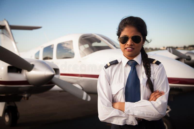 Kobiety Pilotowy czekanie przed Jej samolotem zdjęcia stock