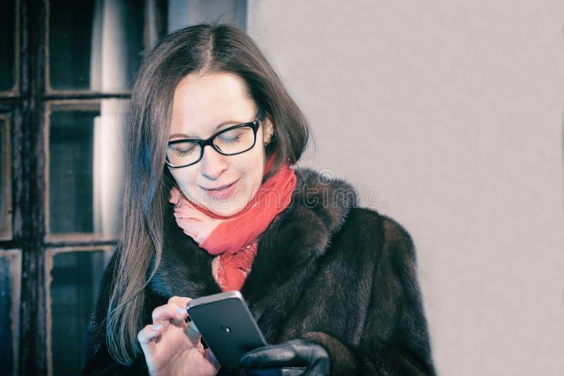 Kobiety pisać na maszynie wiadomość zdjęcie stock