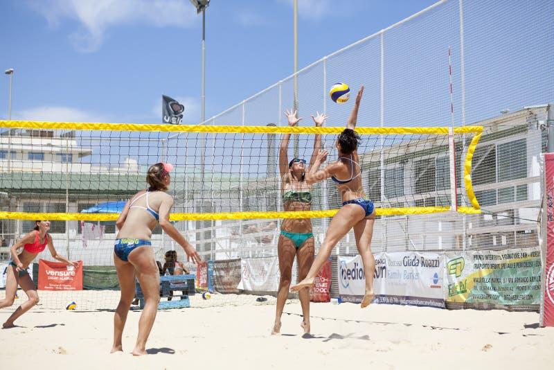 Kobiety plażowej siatkówki gracze Atak i obrona obrazy royalty free