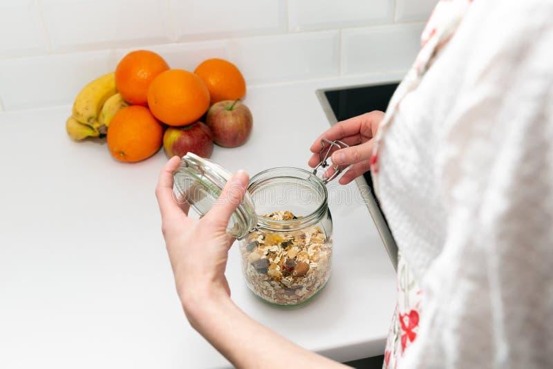 Kobiety podnosi rzecz od składowego hutch Mądrze kuchenny organizacji pojęcie zdjęcia royalty free