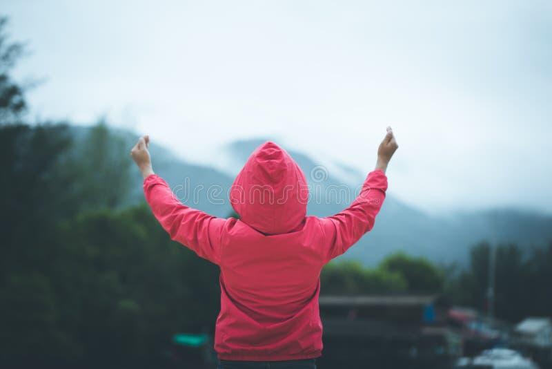 Kobiety podnosili oba ręki up one modlą się dla błogosławieństw bóg ręk dźwignięcia cześć obrazy stock