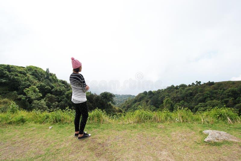 Kobiety podróży natura w górach obrazy stock