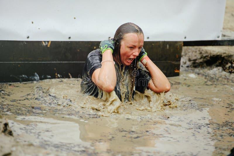 Kobiety pokonywali załzawioną borowinową barierę podczas legia bieg rasy trzymającej w Kijów obrazy stock