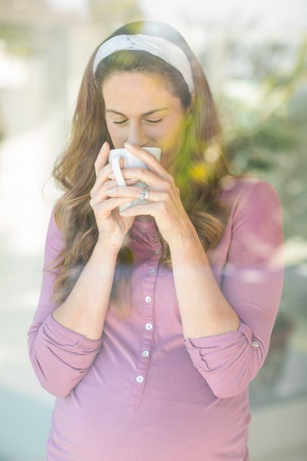 Kobiety popijania kawa od filiżanki zdjęcia stock