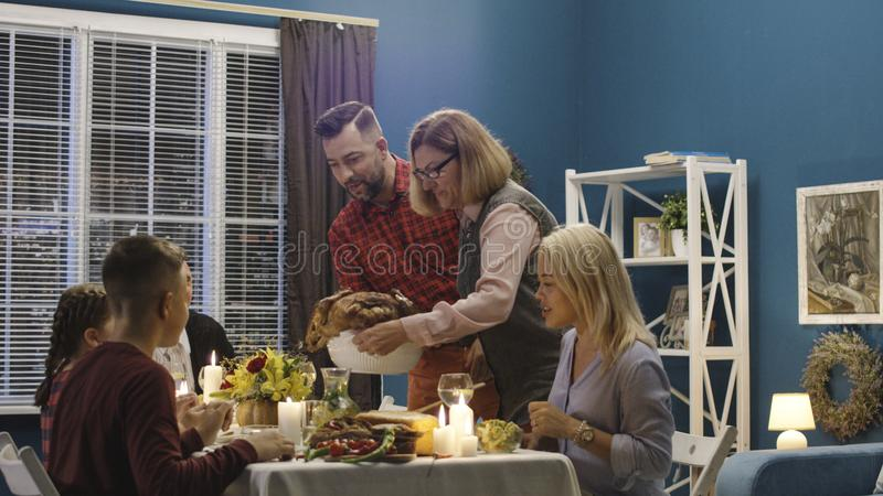Kobiety porci wakacyjny indyk dla rodziny fotografia royalty free