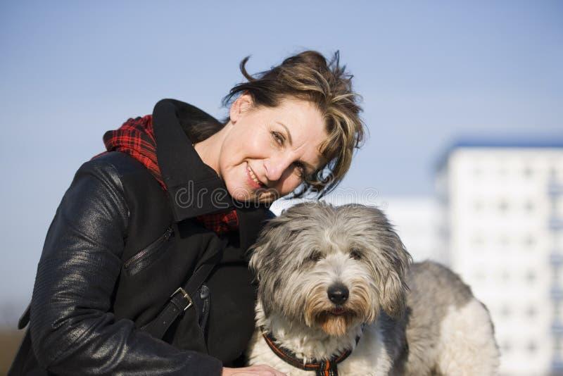 Download Kobiety portait z psem obraz stock. Obraz złożonej z czerń - 53781197