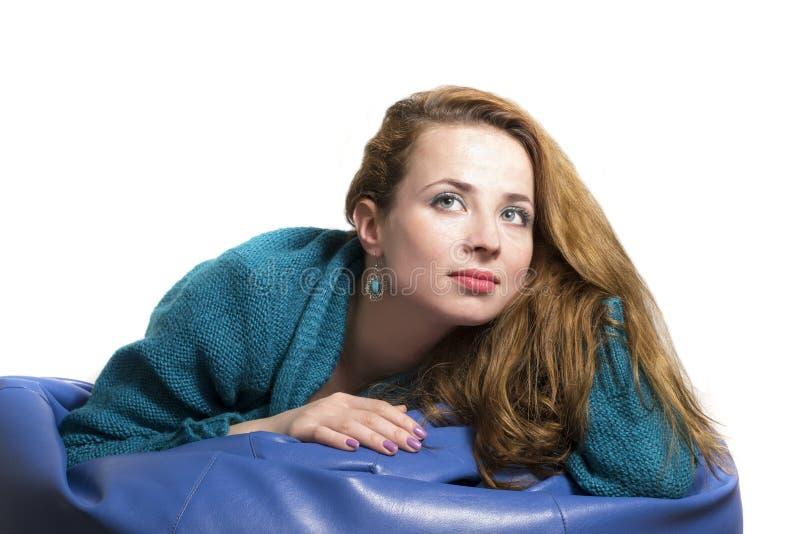 Kobiety portret target1162_0_ na miękkiej leżance zdjęcia stock