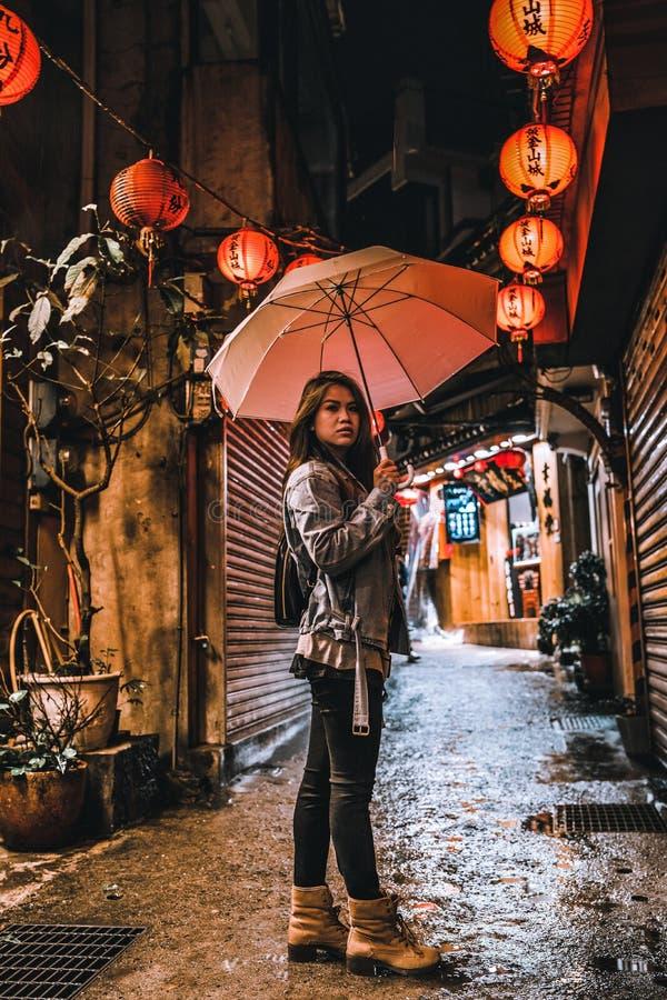 Kobiety pozy na sławnej Starej ulicie Jiufen, Tajwan przy nocą fotografia stock