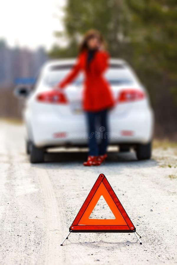 Kobiety pozycja łamanym samochodem zdjęcie stock