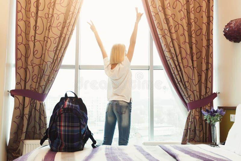 Kobiety pozycja blisko okno w pokoju hotelowym zdjęcia stock