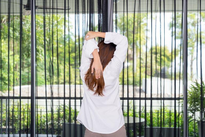 Kobiety pozycja i rozciąganie podczas gdy budzący się up w ranku zdjęcie stock