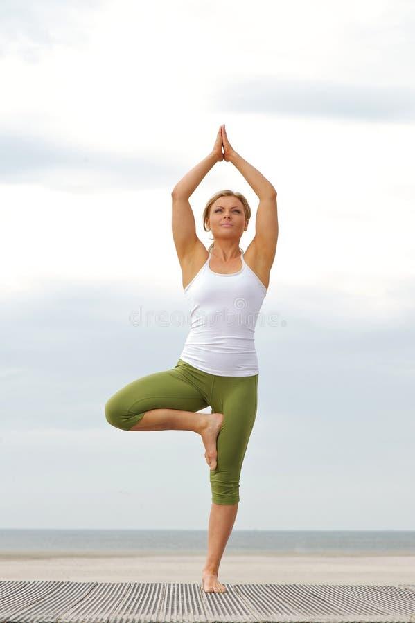 Kobiety pozycja na jeden nodze w balansowej joga pozie obrazy royalty free