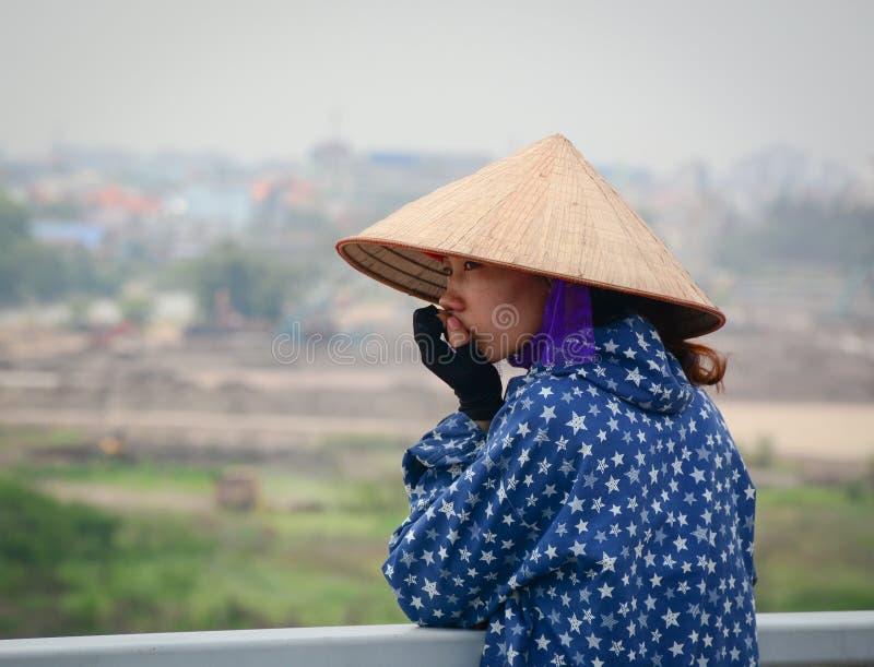 Kobiety pozycja na moscie w Haiphong, Wietnam zdjęcie stock