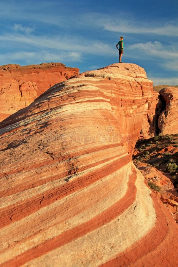 Kobiety pozycja na Pożarniczej fala skale przy zmierzchem, dolina Pożarniczy stanu park, usa fotografia royalty free