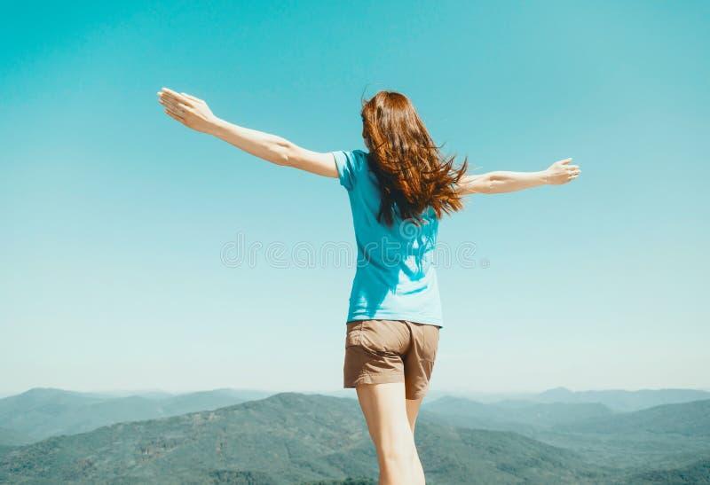 Kobiety pozycja na tle niebo i góry obraz royalty free