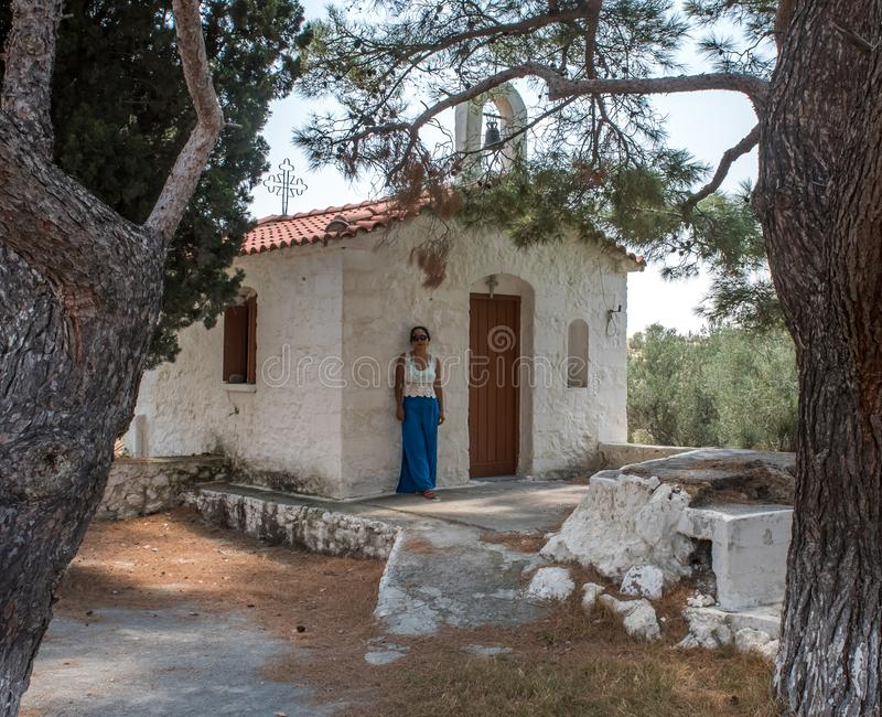 Kobiety pozycja przed kościół zdjęcie stock