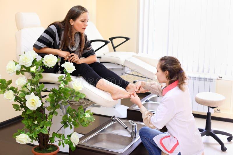 Kobiety praktyka chiropody bierze opiekę cieki zdjęcia royalty free