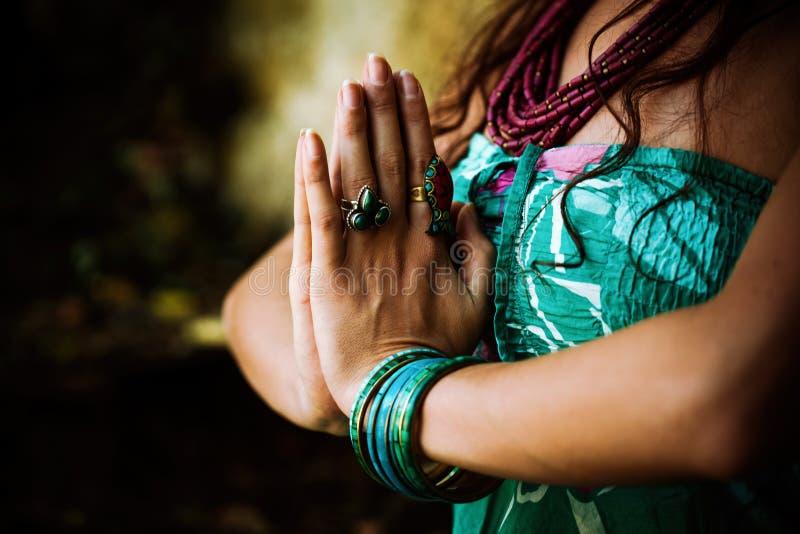 Kobiety praktyki joga plenerowy zdjęcia stock