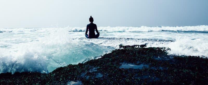 Kobiety praktyki joga przy nadmorski zdjęcia royalty free