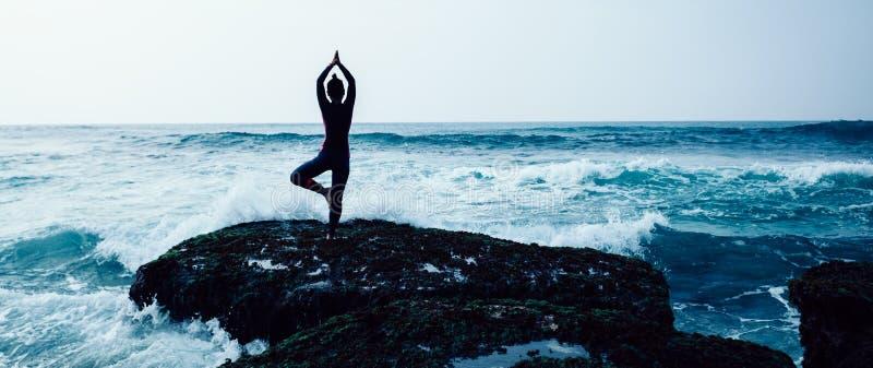 Kobiety praktyki joga przy nadmorski obrazy stock