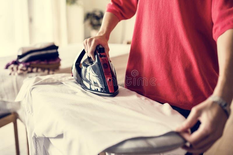 Kobiety prasowania koszula w domu zdjęcia stock