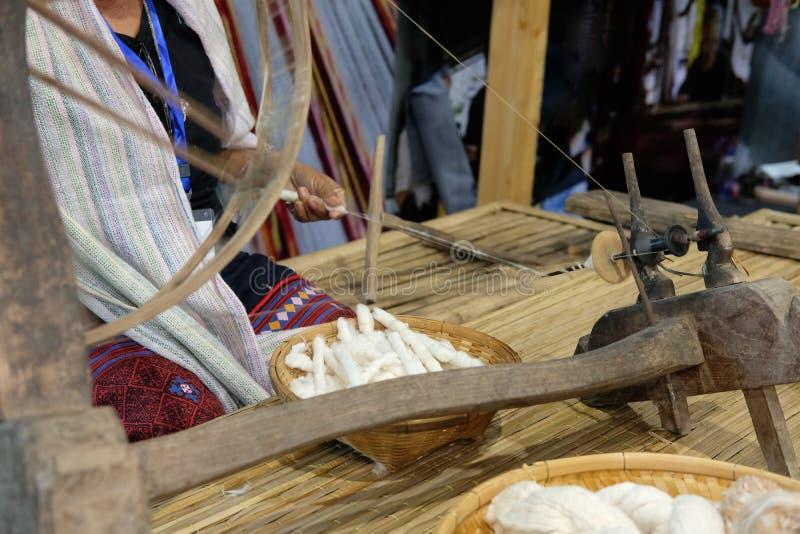 kobiety przędzalniana bawełna w nić z tradycyjnym kołem obraz royalty free