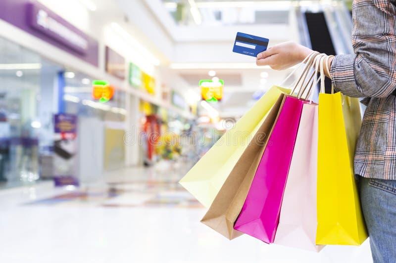 Kobiety przewo?enia karta kredytowa I torby na zakupy fotografia royalty free