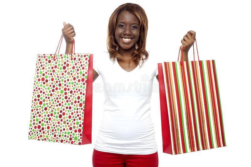 Kobiety przewożenia torba na zakupy w oba rękach zdjęcia royalty free