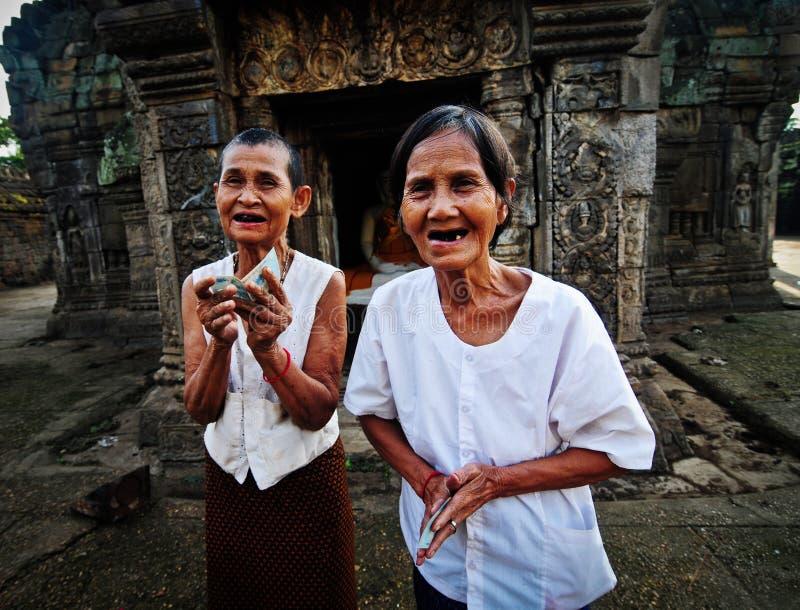 Kobiety przy antyczną świątynią w Kampong Cham, Kambodża zdjęcie royalty free