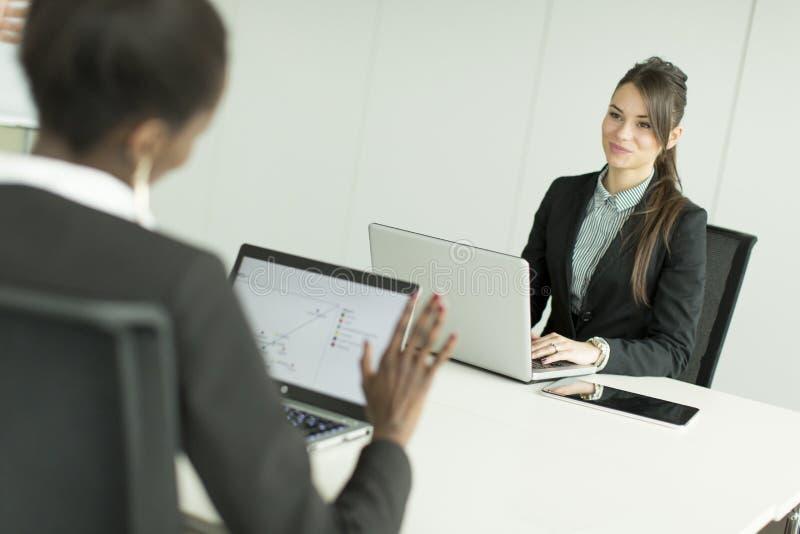Kobiety przy biurem obrazy stock